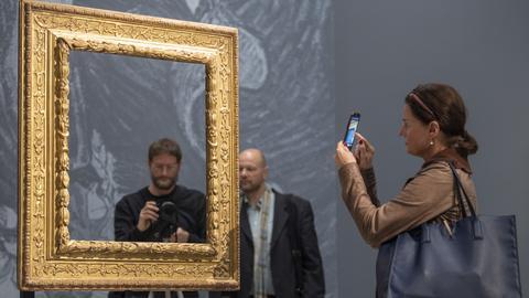 """Eine eigene Präsentation des Werkes """"Bildnis des Dr. Gachet"""" zeigt das Städel durch die Aufstellung eines leeren goldenen Rahmens vor einem schwarzweiß-Druck des Bildes."""