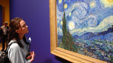 """Besucherin betrachtet Van Goghs """"Sternennacht"""""""