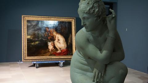"""Im Hintergrund das Ölgemälde von Rubens """"Venus Frigida"""", im Vordergrund eine antike römische Skulptur."""