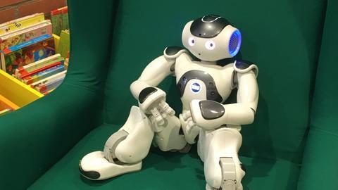 Menschenähnlicher Roboter auf einem Sessel