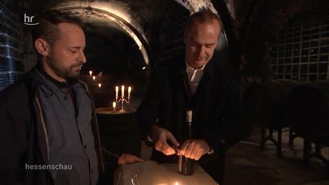 Andreas Wölfel und Dieter Greiner in der Weinschatzkammer der Hessischen Staatsweingüter im Kloster Eberbach