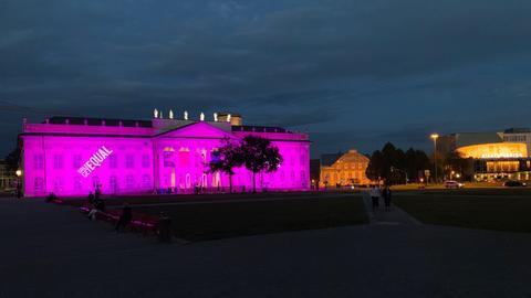 Das Fridericianum in Kassel erstrahlt pink zum Weltmädchentag.