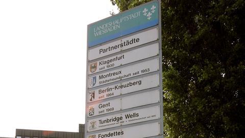 Schild mit den Partnerstädten Wiesbadens