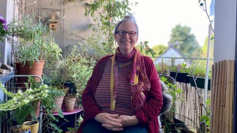 Madeleine Scholl (68) auf ihrem Balkon