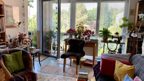 Madeleine Scholls (68) Wohnzimmer