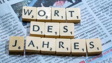 """Scrabble-Buchstaben formen den Begriff """"Wort des Jahres"""""""