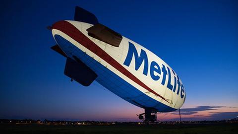 """Zeppelin mit der Aufschrift """"MetLife"""" vor Sonnenuntergang"""