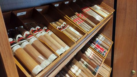 Zigarren liegen in hölzernen Kästen im Regal. Die Preisschilder darüber verraten die Preise von bis zu 5,80 Euro das Stück.