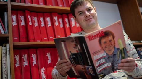 """Titanic-Chefredakteur Moritz Hürtgen mit der legendären Ausgabe mit der """"Zonen-Gaby"""" und ihrer """"ersten Banane"""""""