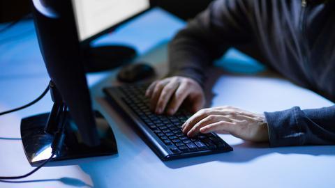 Zwei Hände auf Tastatur am Rechner
