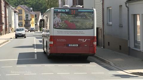 Ein Bus fährt durch Lahnau.