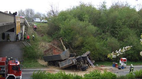 Ein zerstörter Lkw auf der Fahrbahn.