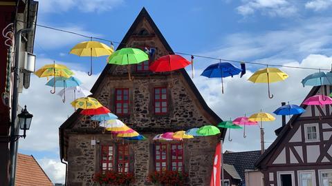 Schirme über dem Platz vor der Stadtmühle in Lauterbach