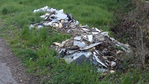 Asbesthaltiger Bauschutt im Wald bei Rosbach