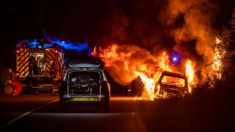 Minivan brennt lichterloh.