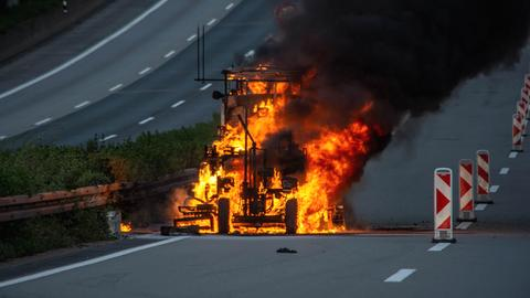 Baumaschine steht in Flammen