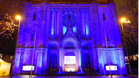 Bonifatiuskirche Wiesbaden wird blau angestrahlt