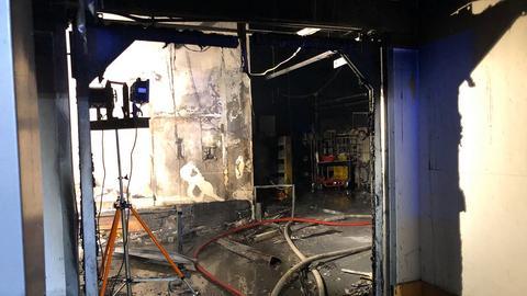 Blick in die abgebrannte Halle des Postzentrums