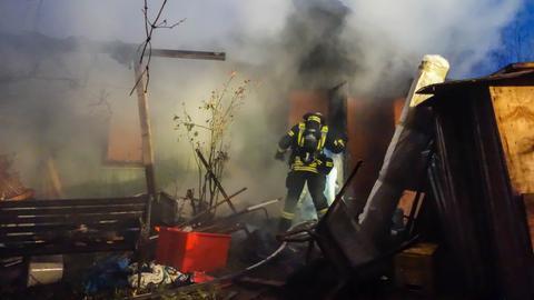 Löscharbeiten an der brennenden Gartenhütte