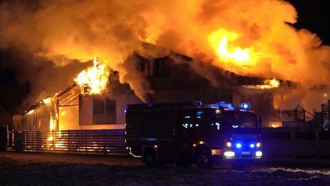 Meterhohe Flammen schießen aus dem Haus in Zwingenberg.