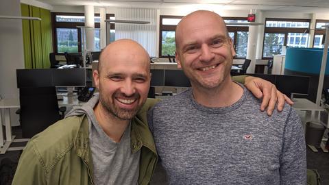 Haarlos, aber glücklich: Zwei hr-Redakteure feiern den Glatzen-Tag.
