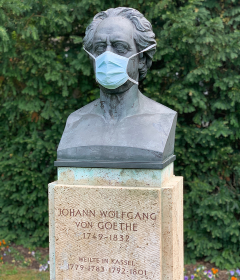 Goethe-Büste im Kassler Stadthallengarten trägt einen Mundschutz