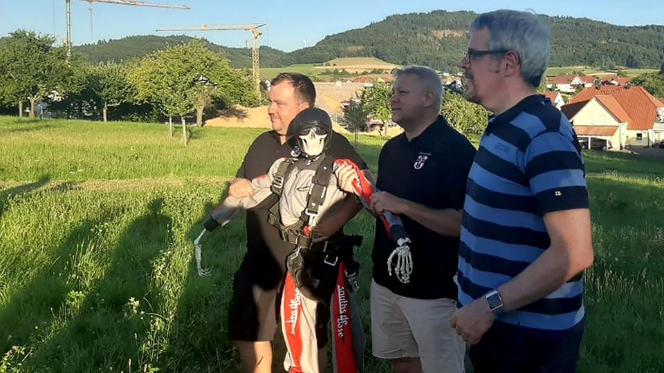Fallschirmspringer Heinrich inmitten der Gemeinde-Oberen