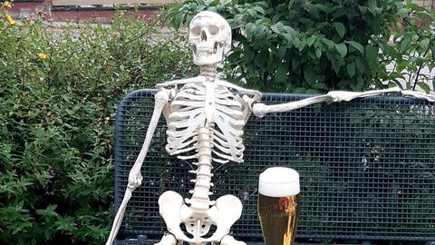 """Der """"bleiche Heinrich"""" trinkt offenbar gerne Bier."""