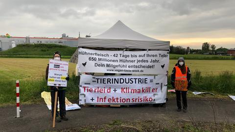 Aktivistinnen mit Transparenten nahe des Schlachthofs