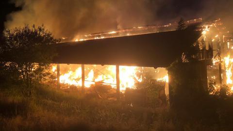 Brennende Lagerhalle in Mittel-Seemen