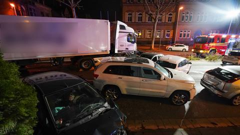 Ein Lkw fährt in Limburg in mehrere Autos