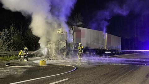 Lkw brennt auf A7