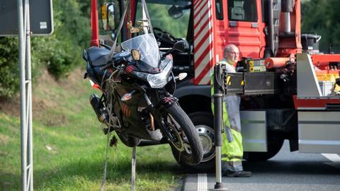 Das Unfall-Motorrad wird geborgen