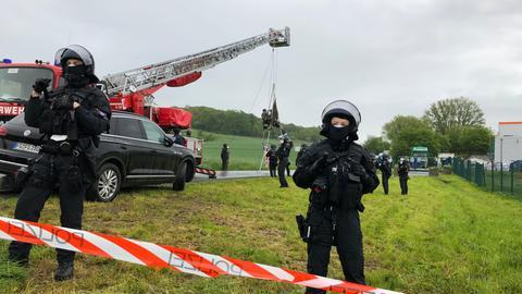 Die Polizei räumt die Blockade vor dem Schlachthof in Gudensberg.