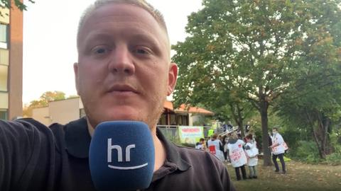 hr-Reporter Jonas Schulte am Klinikum Höchst
