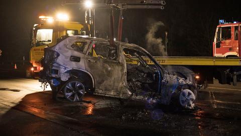 Das ausgebrannte Auto wird abgeschleppt.
