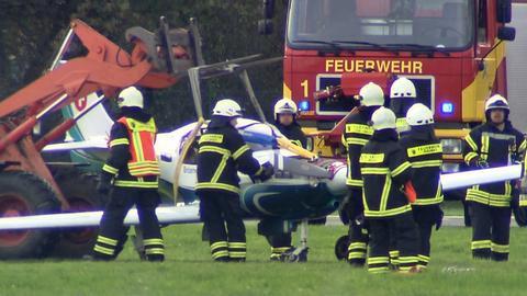 Die Feuerwehr transportiert das verunglückte Flugzeug ab.