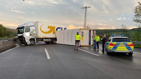 Lkw und umgestürzter Anhänger blockieren die A7.