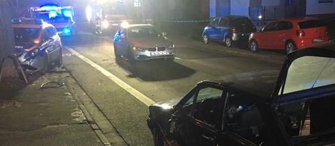 Polizeiauto am Baum, zerbeulte Zivilstreife: Das Ende einer wilden Verfolgungsjagd