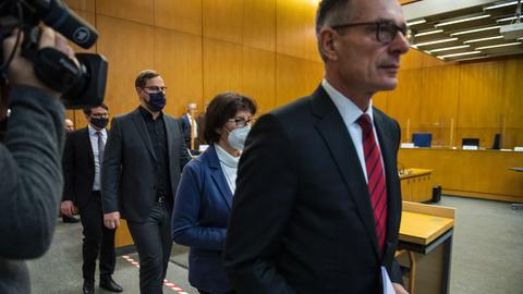 Holger Matt (vorne), Anwalt der Familie Lübcke betritt den Gerichtssaal. Ihm folgen die Ehefrau und die zwei Söhne.