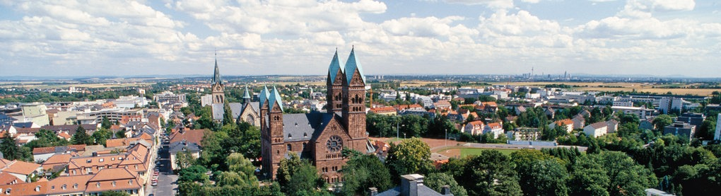 Blick über das Bad Homburger Schloss zur Erlöserkirche und dahinter zur Kirche St. Marien