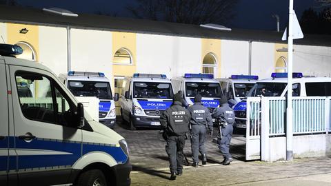 Polizisten gehen auf das Gelände der Bilal Moschee in Frankfurt