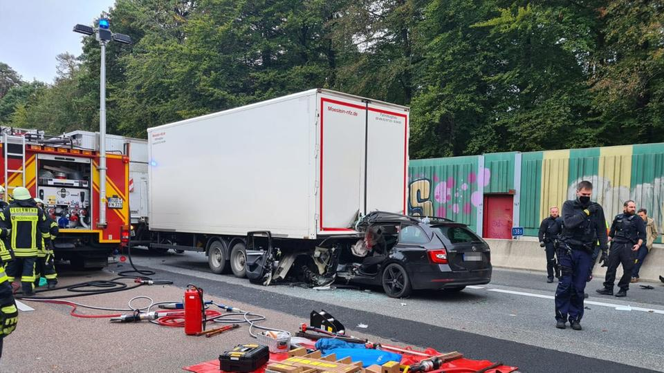Auto fährt unter Lastwagen