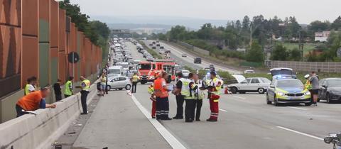 Autowracks und Einsatzkräfte an der Unfallstelle