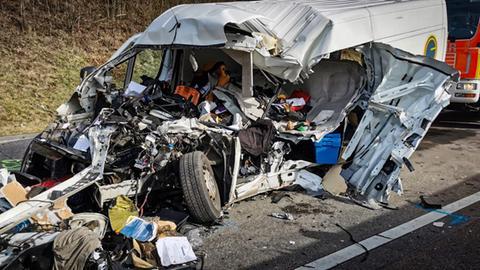 Zerstörter Kleintransporter nach Unfall auf A3 bei Limburg