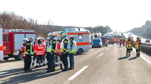 Rettungskräfte an der Unfallstelle auf der A3