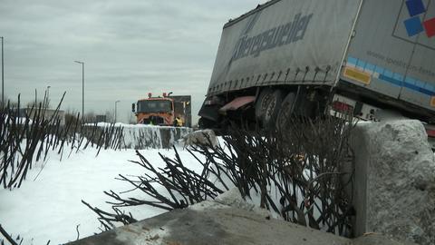 Ein Lkw hängt über dem A3-Mittelstreifen, darunter viel Löschschaum.