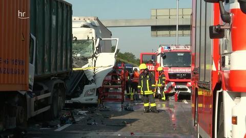 Unfallstelle auf der A3 bei Frankfurt mit mehreren aufeinandergefahrenen Lastwagen