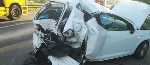 Eines der beschädigten Autos beim Unfall auf der A44 bei Zierenberg