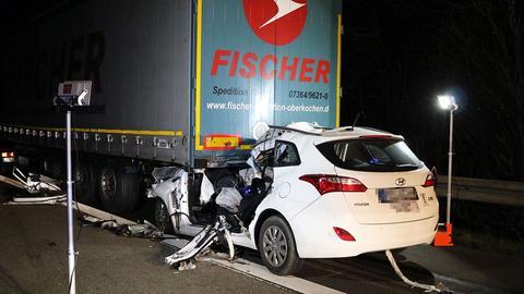 Eingeklemmtes Auto unter Lastwagen